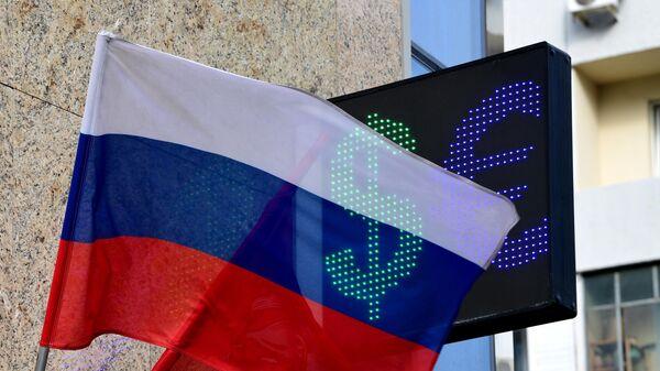 Знаки евро и доллара на табло курса валют в Москве
