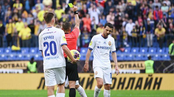 Арбитр показывает желтую карточку футболисту ЦСКА