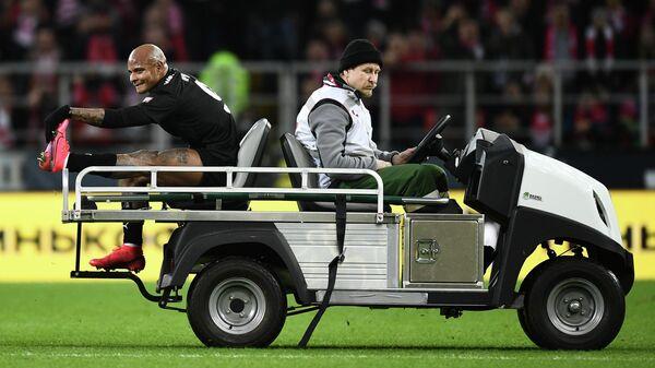 Машина медицинской помощи увозит получившего травму игрока ФК Краснодар Ари