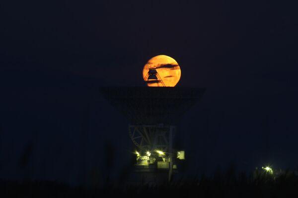 Луна, наблюдаемая над радиотелескопом П-2500 (РТ-70) на территории 40-го отдельного командно-измерительного комплекса (Центра дальней космической связи) в селе Молочное Сакского района Республики Крым