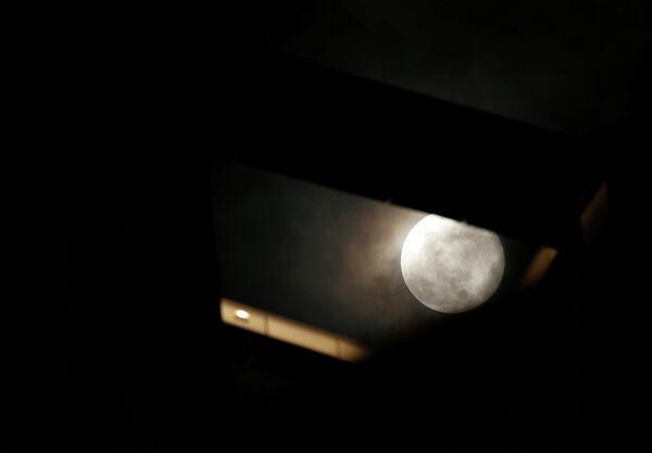 Луна в небе над Сент-Джулиансом, Мальта