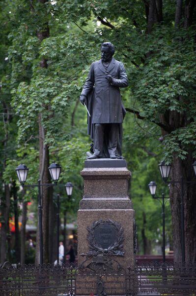 Памятник композитору Михаилу Глинке в парке Блонье в Смоленске