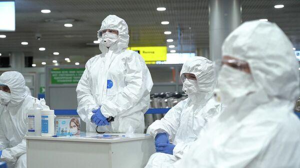 Медицинские работники перед началом осмотра пассажиров в аэропорту
