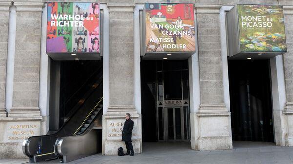Галерея Альбертина в Вене, Австрия,  закрытая в целях предотвращения с распространения коронавируса. 11 марта 2020