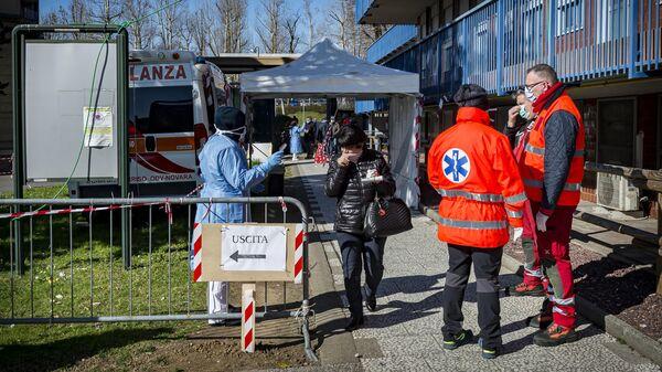 Пункт медицинского осмотра неподалеку от городской больницы в Новаре