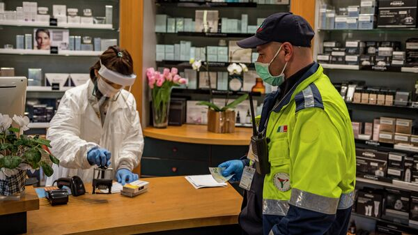 Сотрудник социальной службы покупает необходимые медикаменты людям пожилого возраста для предотвращения распространения инфекции