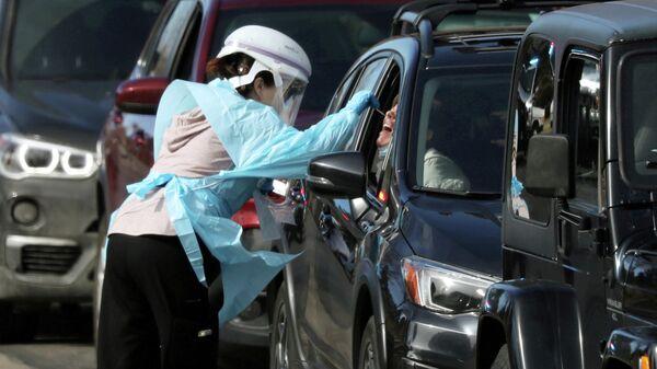 Забор анализа на коронавирус у водителей в Денвере, США