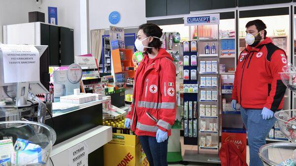 Добровольцы из Итальянского Красного Креста закупают лекарства для тех, кто не может покинуть свои дома в Кастильоне-делла-Пеская, Италия. 12 марта 2020