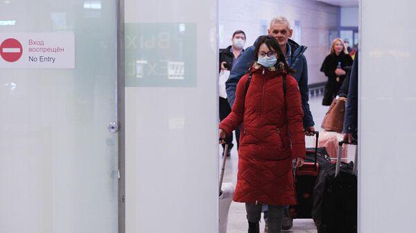 Пассажиры в зале прилета в аэропорту Пулково