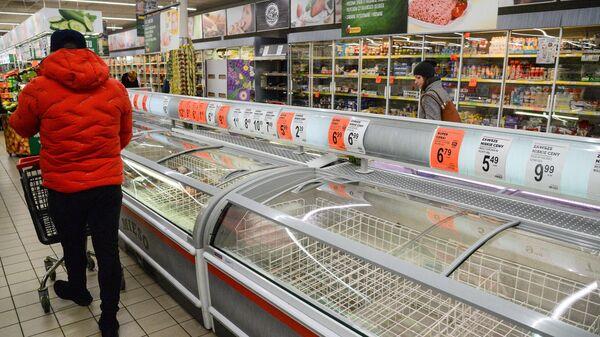 Покупатели в продуктовом магазине в Варшаве