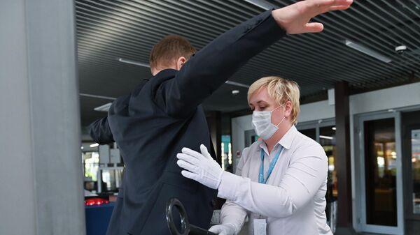 Сотрудница таможенной службы проводит личный досмотр граждан в аэропорту Сочи