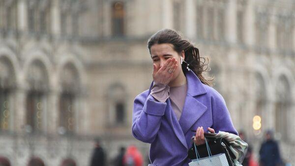Девушка идет по улице в Москве