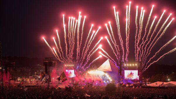 Фейерверк на сцене Пирамида на фестивале музыки и исполнительских искусств Гластонбери