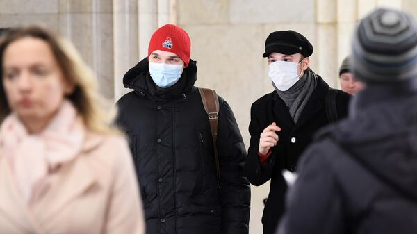 Пассажиры Московского метрополитена в медицинских масках