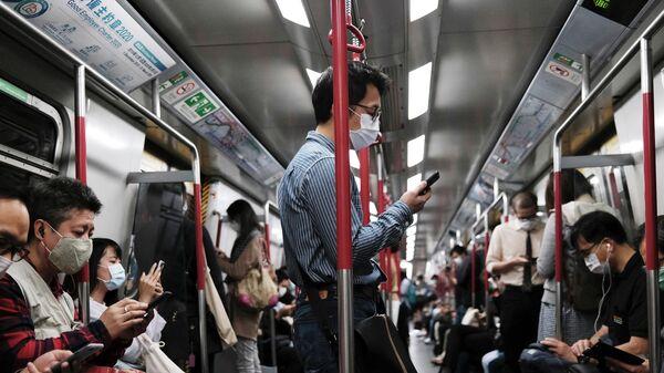Пассажиры метро в Гонконге, Китай