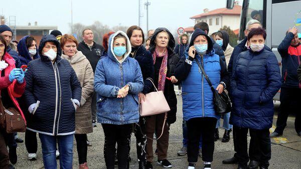 Украинские рабочие, застрявшие на границе Словении по пути из Италии в Киев