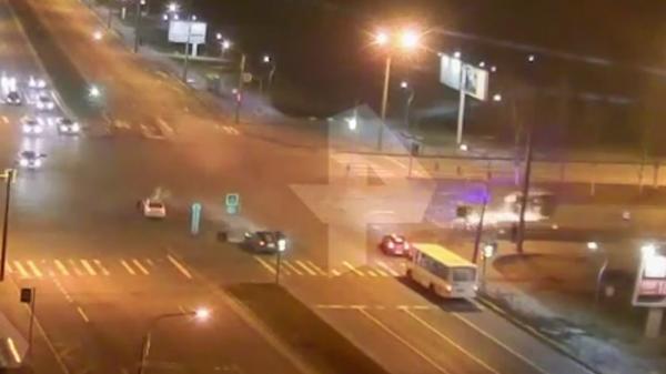 Столкновение такси с авто скорой помощи в Петербурге попало на видео