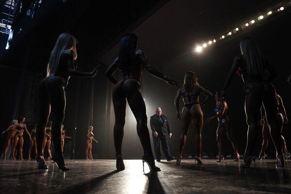 Участницы соревнований в номинации фитнесс-бикини на Чемпионате Новосибирской области по бодибилдингу