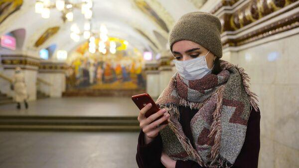 Пассажир московского метрополитена в медицинской маске