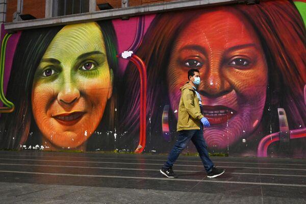 Мужчина в защитной маске на одной из улиц Мадрида