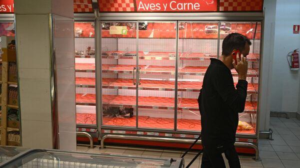 Пустые полки в супермаркете в Мадриде