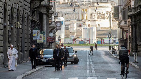 Папа Римский Франциск идет по улице в базилику Сан-Марчелло-аль-Корсо