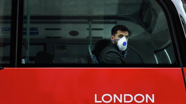 Пассажир в защитной маске в автобусе в Лондоне