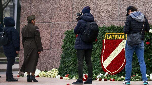 Сторонники латышского легиона Ваффен СС возлагают цветы к памятнику Свободы в Риге