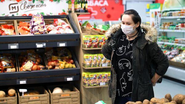 Покупательница в торговом зале магазина Магнит в Краснодаре