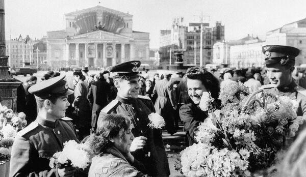 Празднование Дня Победы в центре Москвы у Большого театра