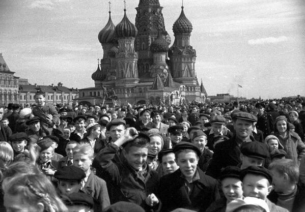 Народное гулянье на Красной площади в честь победы советского народа над фашистской Германией в Великой Отечественной войне 1941-1945 годов