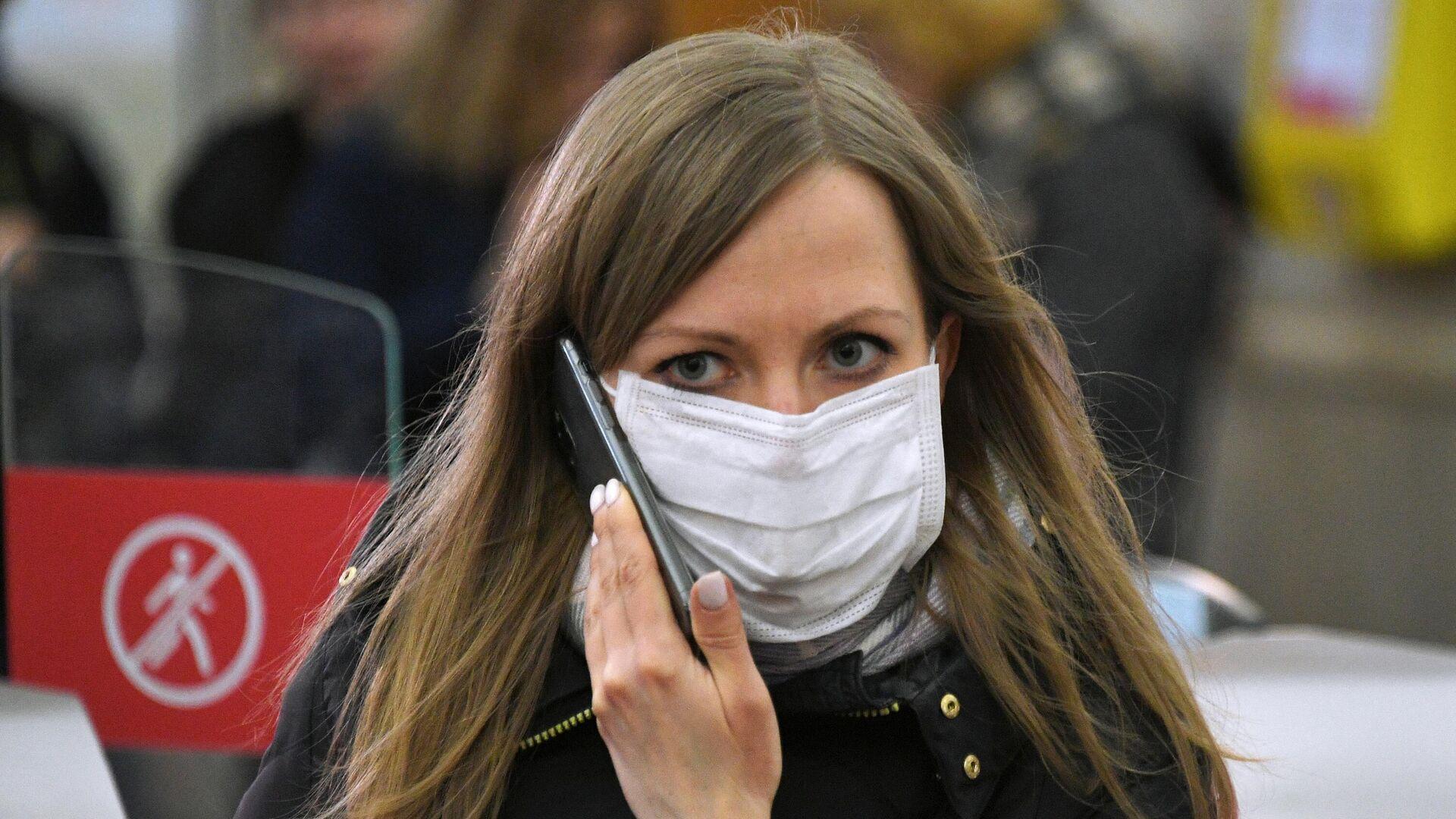 Девушка в медицинской маске на одной из станций Московского метрополитена - РИА Новости, 1920, 11.02.2021