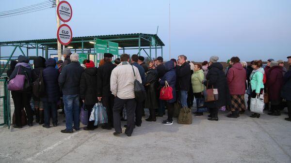 Люди на КПП Еленовка между Украиной и ДНР