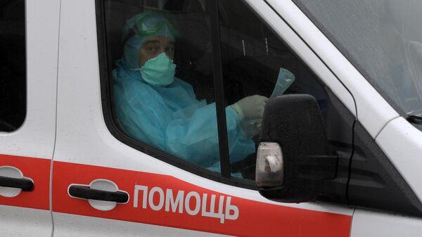 Машина скорой медицинской помощи на территории Клинической инфекционной больницы Боткина в Санкт-Петербурге