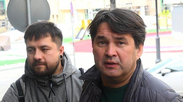 Генеральный директор ФК Уфа Шамиль Газизов (справа) перед началом заседания Российской футбольной премьер-лиги в Москве.