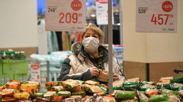 Покупательница в гипермаркете Глобус в Москве