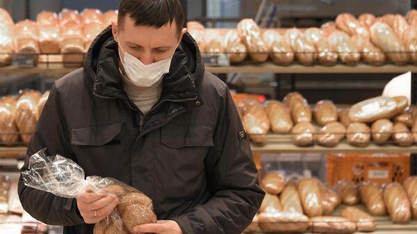 Покупатель в гипермаркете Глобус в Москве