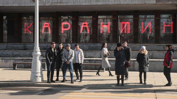 Прохожие возле Московского художественного академического театра ( МХАТ) имени М. Горького