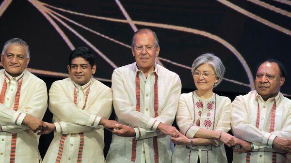 Министр иностранных дел РФ Сергей Лавров (в центре) во время церемонии совместного фотографирования с министрами иностранных дел стран-участниц АСЕАН перед началом торжественного Галла-ужина на полях саммита в Маниле