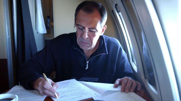 Министр иностранных дел РФ Сергей Лавров в салоне самолета во время поездки в очередную командировку