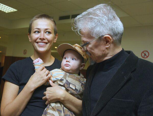 Лидер НБП Эдуард Лимонов с женой Екатериной Волковой и сыном Богданом
