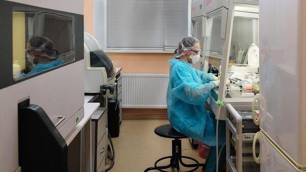 Сотрудник лаборатории ФБУЗ 'Центр гигиены и эпидемиологии в Санкт-Петербурге во время тестирования проб на коронавирус