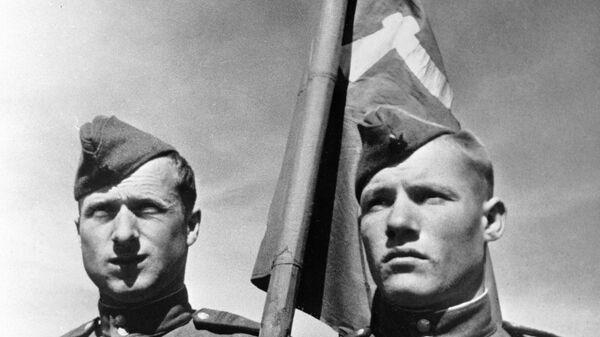 Советские солдаты Михаил Егоров (справа) и Мелитон Кантария , водрузившие Знамя победы над берлинским Рейхстагом в мае 1945 года