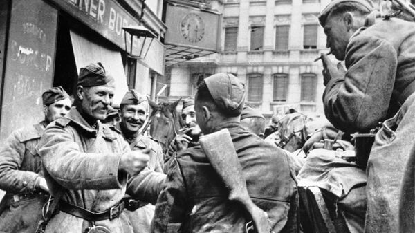 Советские солдаты-освободители празднуют победу в Берлине