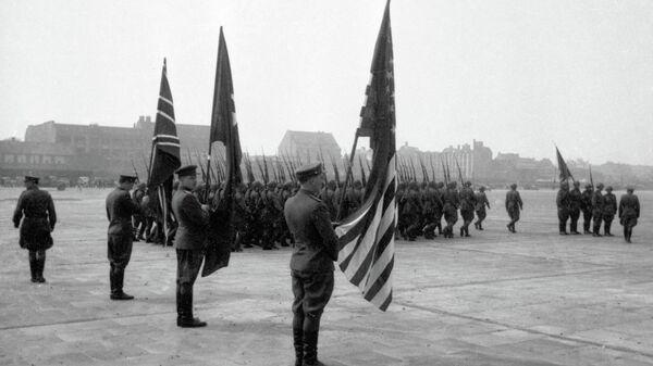 Представители союзного командования, прибывшие для подписания акта о капитуляции Германии, на Темпельгофском аэродроме в Берлине