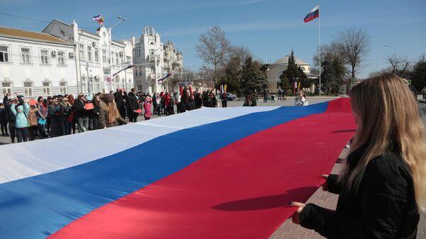 Флешмоб, посвященный годовщине воссоединения Крыма с Россией, в Евпатории