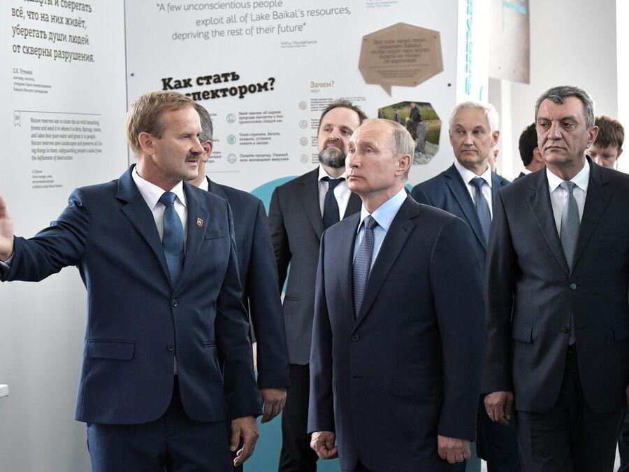 Президент РФ Владимир Путин знакомится с работой визит-центра Байкал заповедный