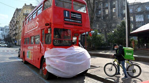 Автобус в защитной маске в центре Киева, Украина