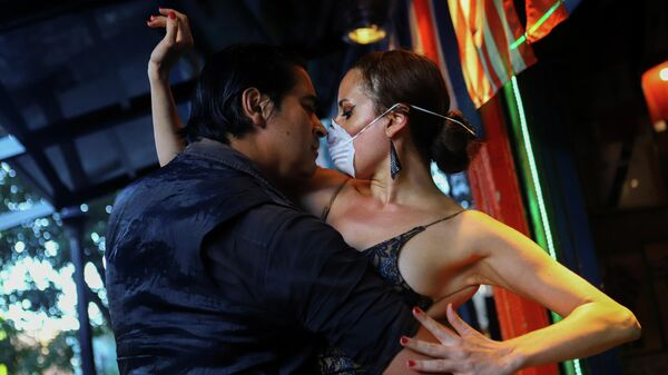 Пара танцует танго в почти пустом ресторане в Буэнос-Айресе