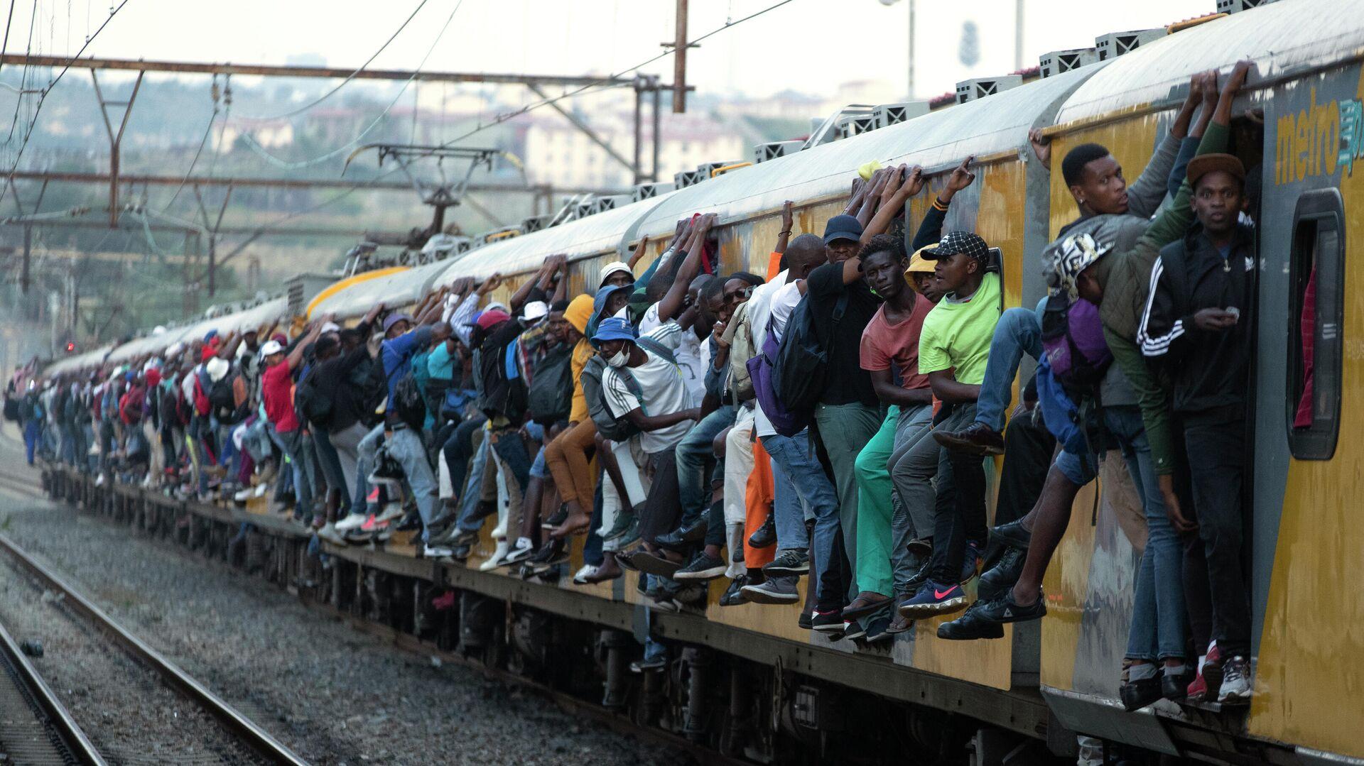 Пассажиры переполненного поезда в Соуэто, ЮАР - РИА Новости, 1920, 27.10.2020